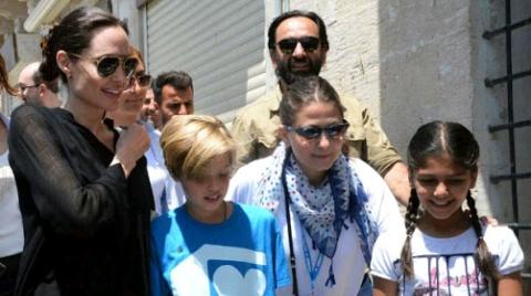 Angelina Joile visita refugiados sírios com filhas