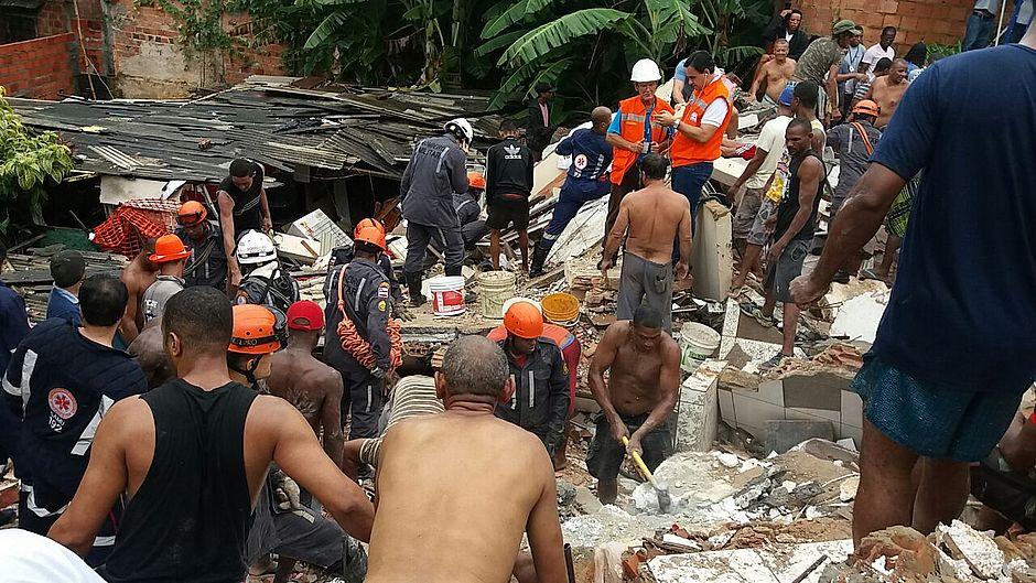 Quatro pessoas estão soterradas em Salvador, após chuvas na madrugada