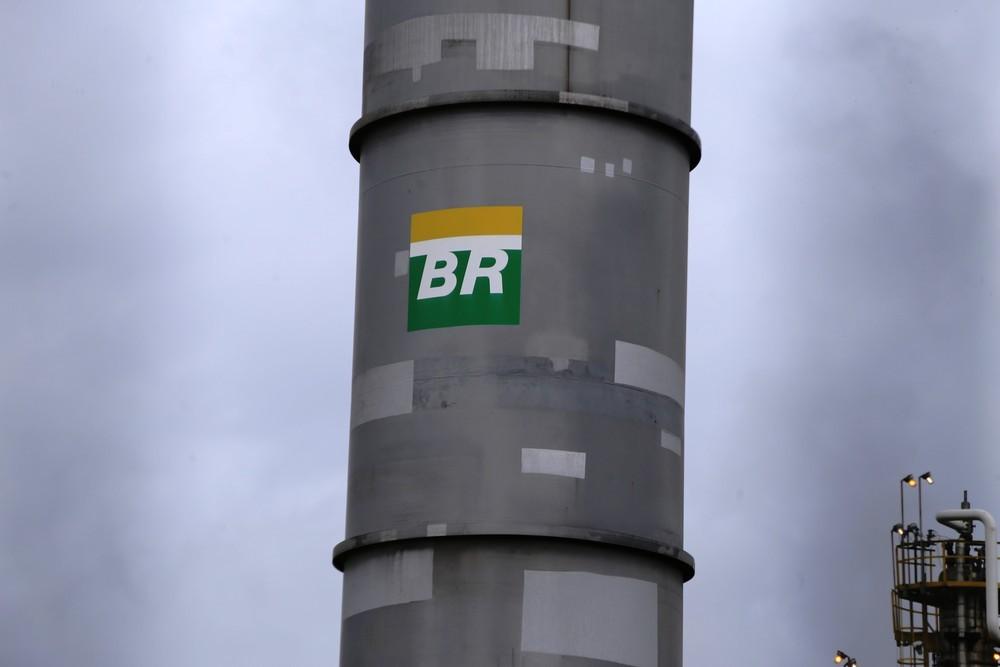 Petrobrás baixa o preço da gasolina nas refinarias. E o preço nas bombas? Entenda o processo