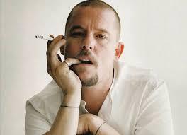 Talento, drama e tragédia. Vida e obra do estilista Alexander MacQueen vira documentário