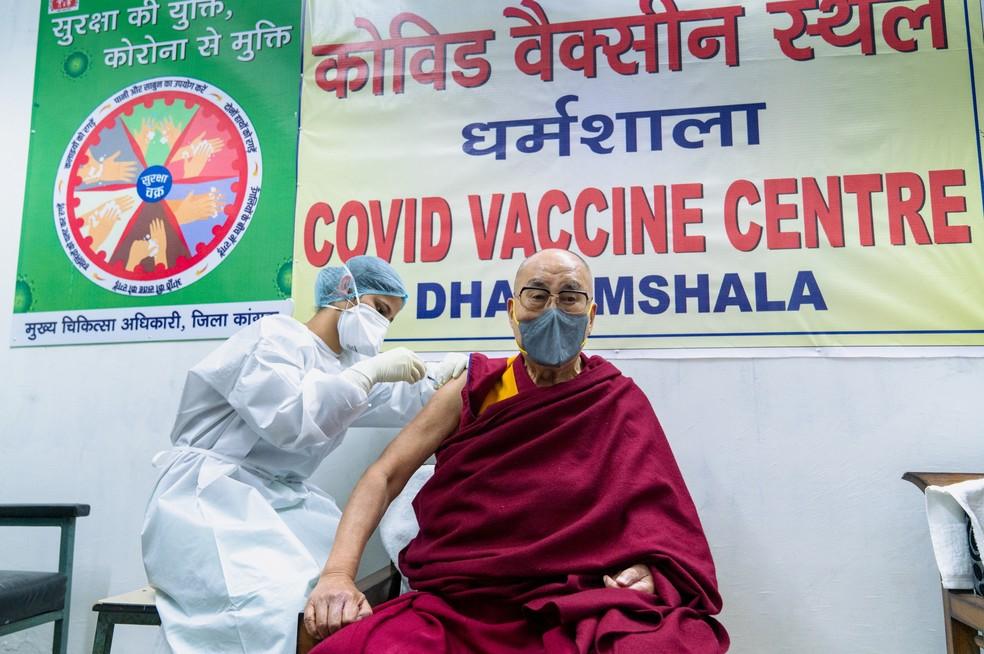 Líder espiritual Dalai Lama é vacinado e dá exemplo de fé na ciência