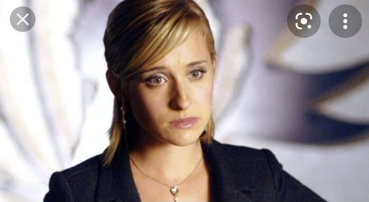 """Da fama à prisão. Allison Mack, que fez sucesso no seriado """"Smallville"""" é condenada a três anos de detenção"""