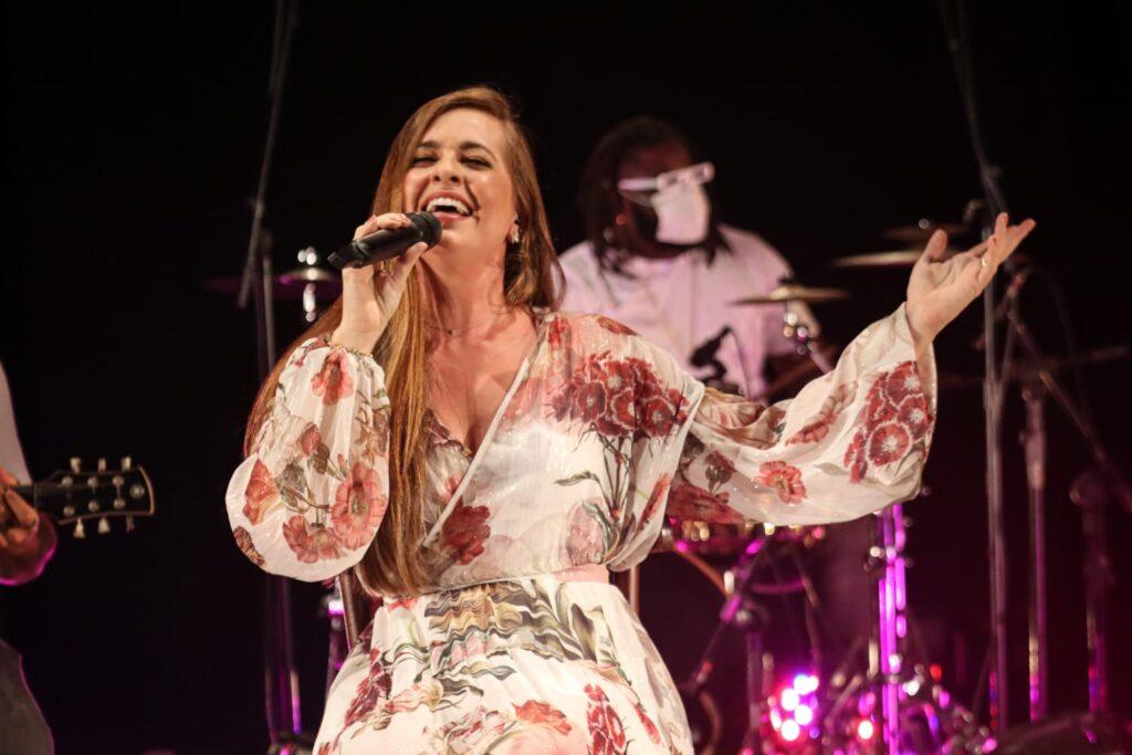 """Conexaoin conversou com a cantora baiana Louise Lou, sucesso interpretando """"Dona da Minha Cabeça"""""""