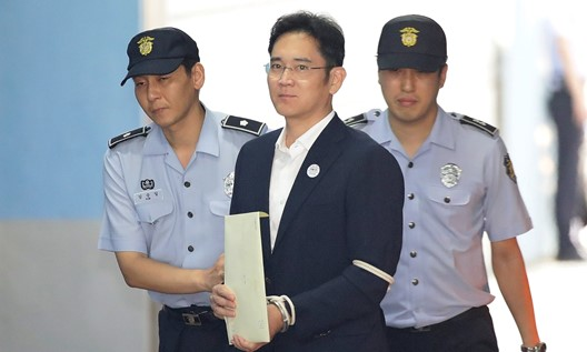 Herdeiro da Samsung ganha liberdade condicional