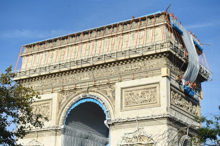 Arco do Triunfo será coberto por tecido e cordas. Projeto é dos artistas Christo e Jeanne-Claude