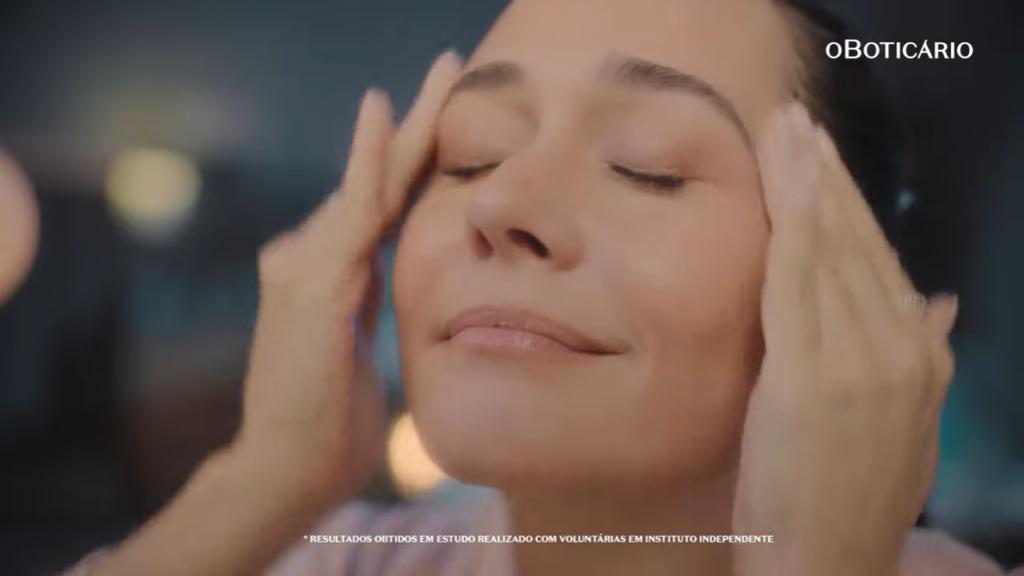 Alessandra Negrini estrela campanha da linha Ácido Glicólico de Botik, marca de cuidados faciais do Boticário