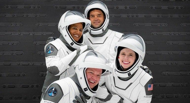 SpaceX, primeiro vôo com civis chega com sucesso na Terra