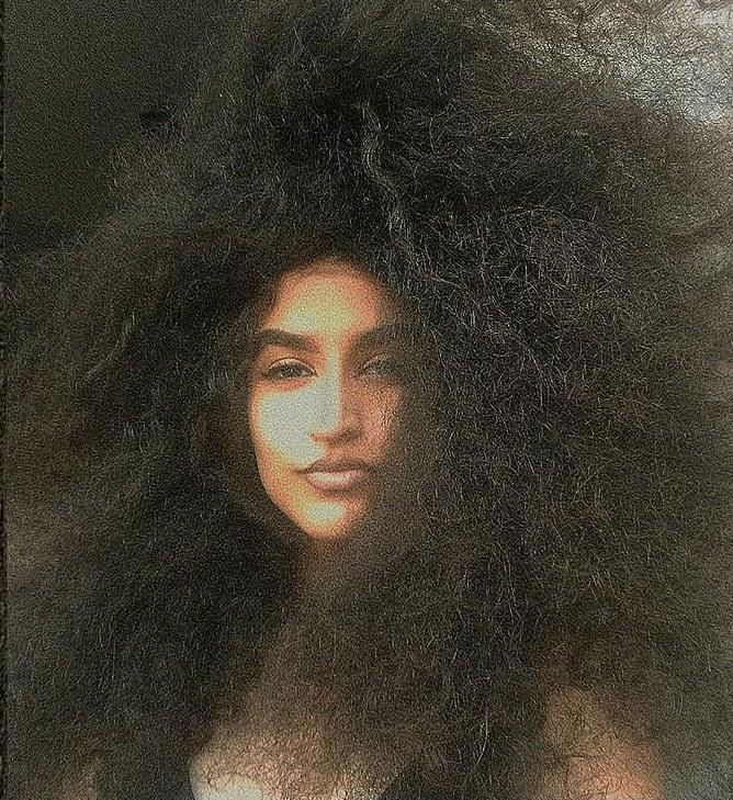 Racismo: modelo é vítima por ter cabelos grandes e crespos
