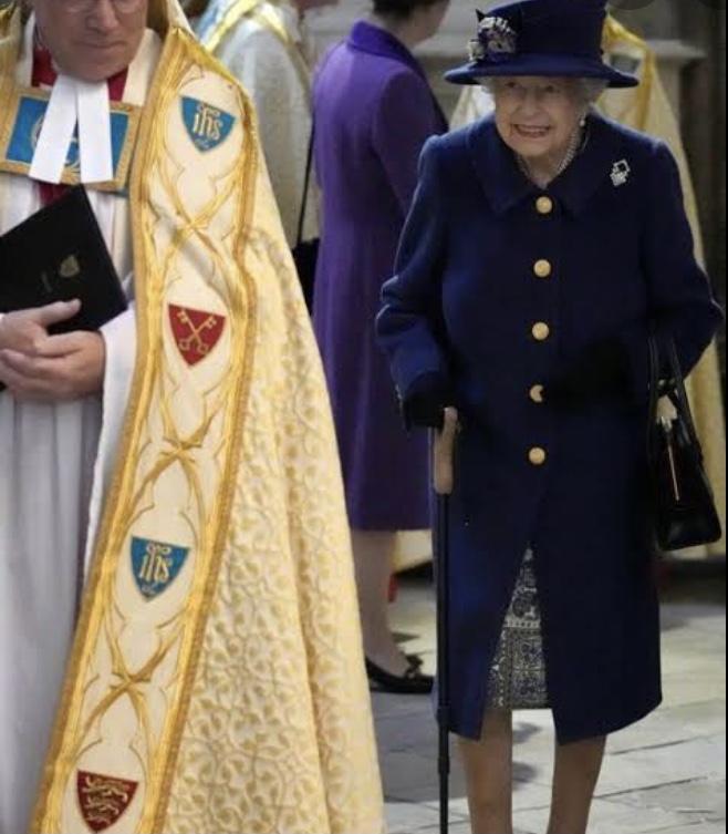 Rainha Elizabeth II está usando bengala