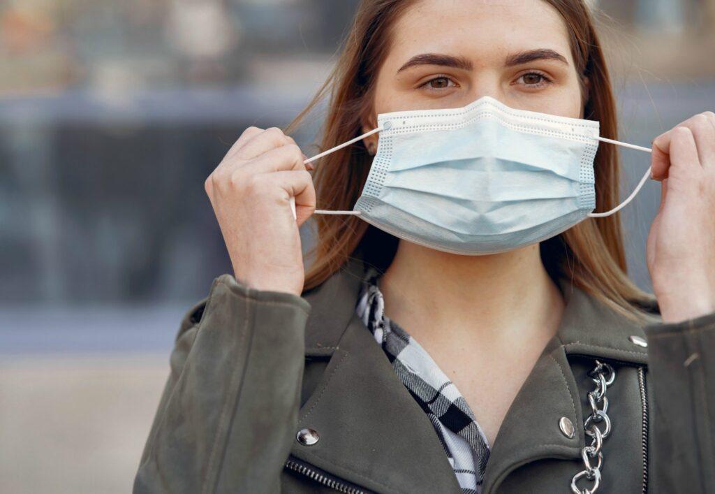 Já está na hora de tirar a máscara no Brasil? Especialistas dizem que ainda é cedo